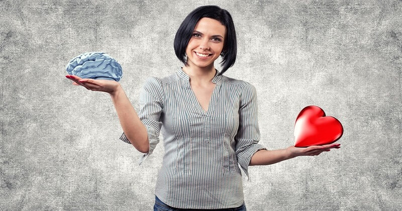 woman holding brain and heart to show thinking versus feeling personality types
